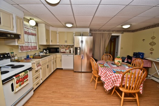 10 Eat-in Kitchen1